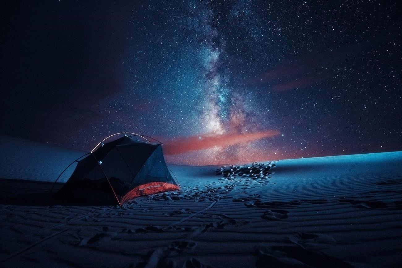 Acampando de noche en las Grandes Dunas de Arena