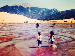 Niños jugando cerca de Great Sand Dunes National Park